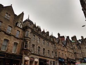 Cockburn street i Edinburgh - en av de första gatorna man stöter på som turist, samt skådeplats för delar av Avengers: Inifinity War